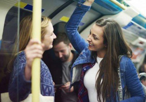 Pessoas mais felizes conversam com desconhecidos no transporte público.